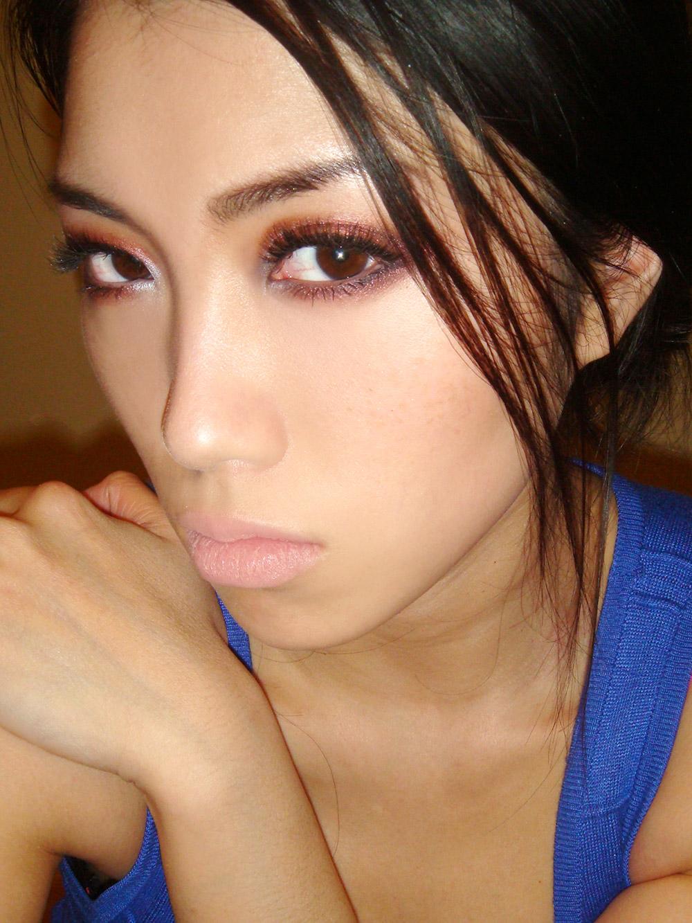 Red eyeshadow nude lip makeup look