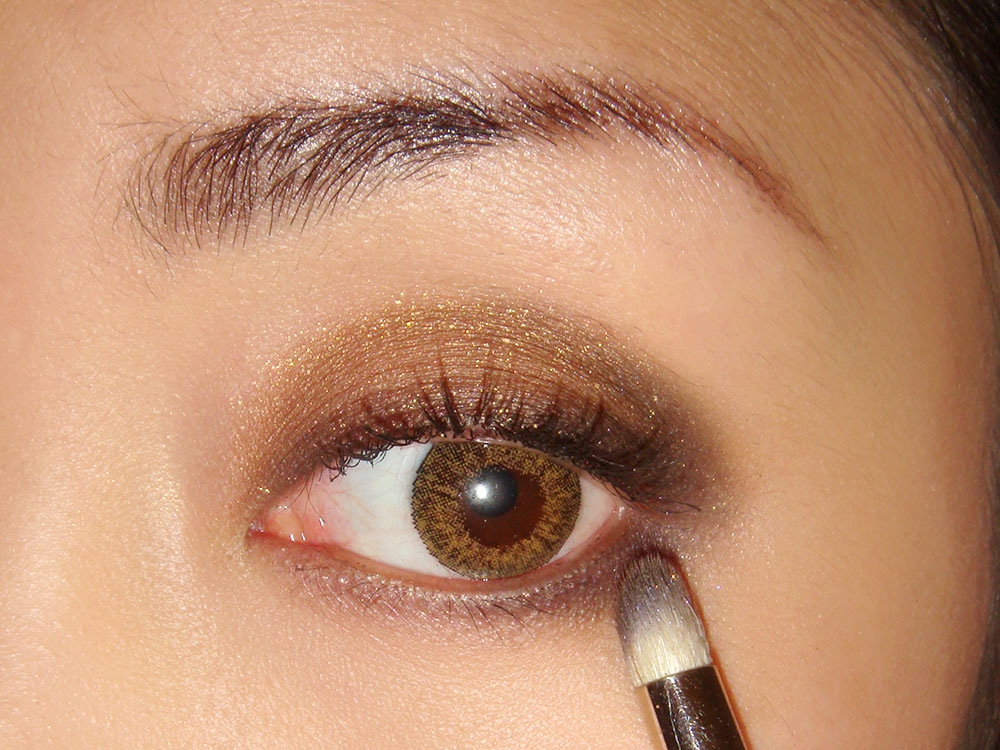 Applying NARS Cordura on lower eye