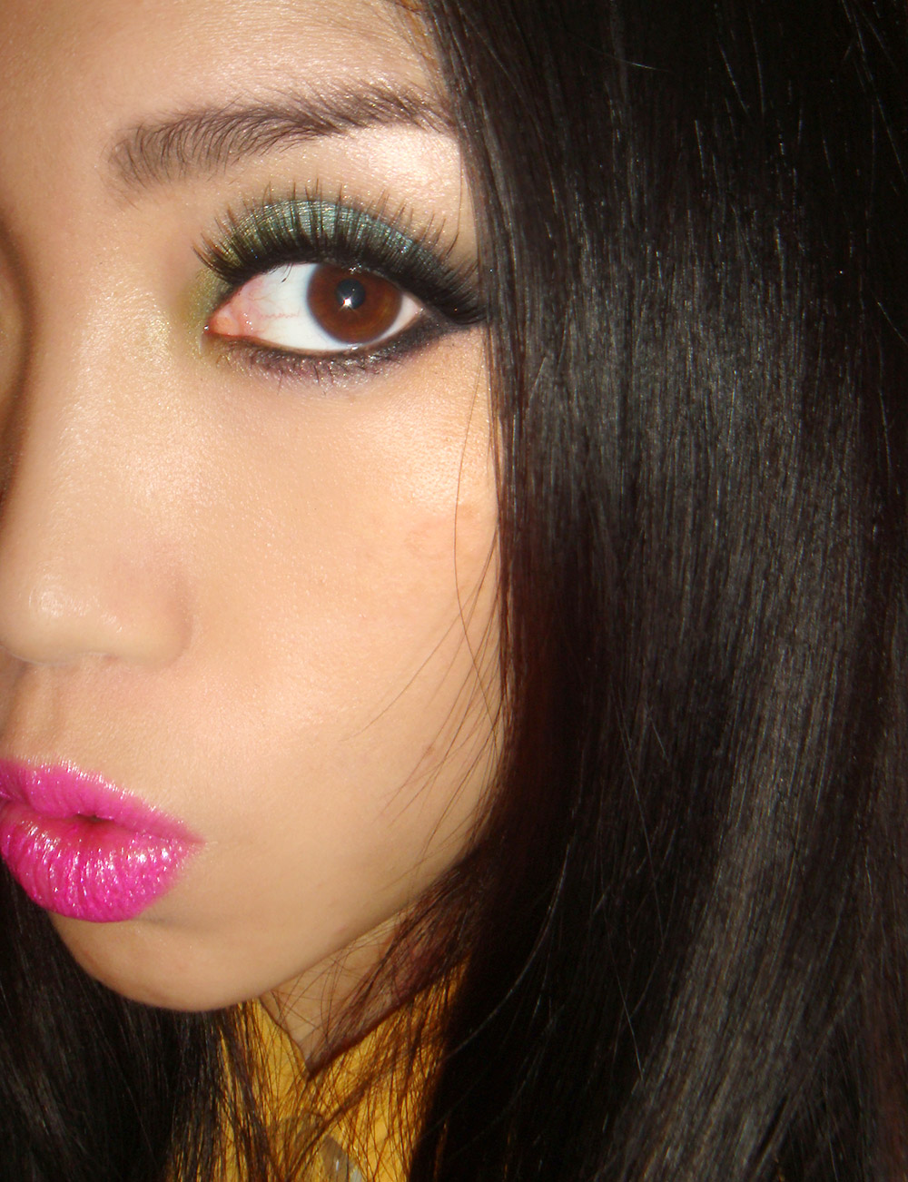 Turquoise eyeshadow with hot pink lips