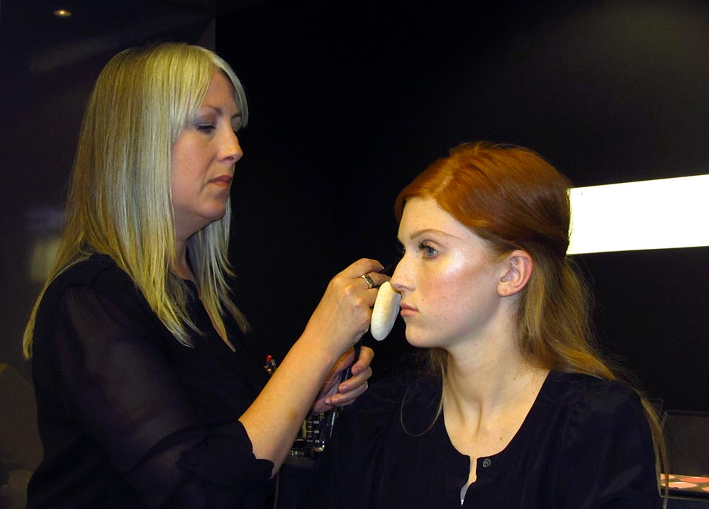 MAC Senior Artist Melissa Gibson doing a 60s Twiggy makeup demo