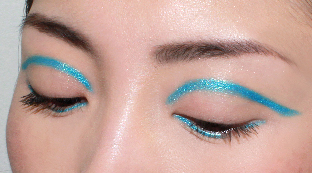 Turquoise graphic eyeliner look