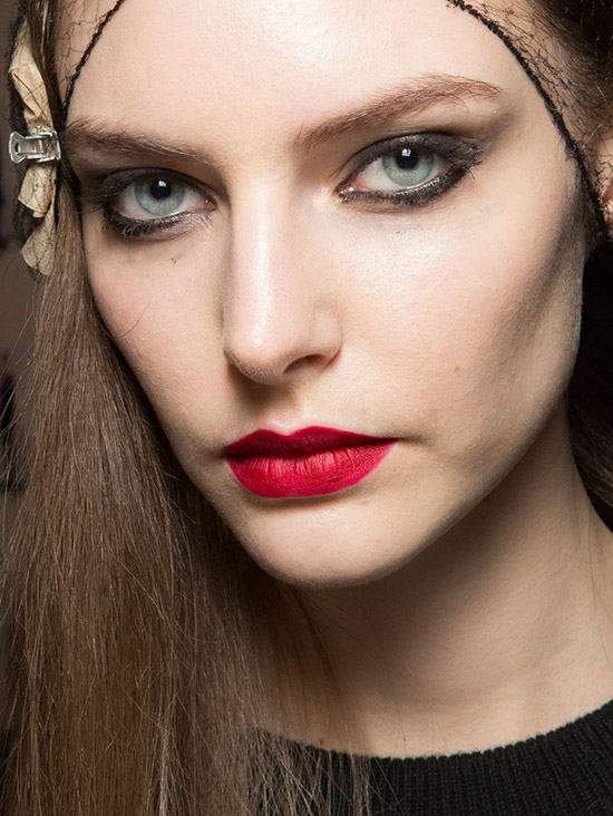 Smudgy eye and red lips at Monique Lhuillier A/W 2015