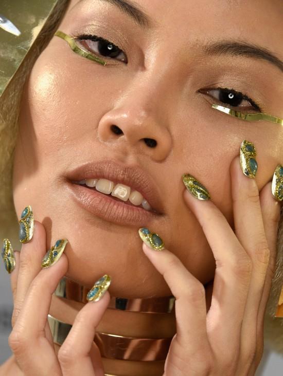 golden-makeup-nails-the-blonds-ss-2016