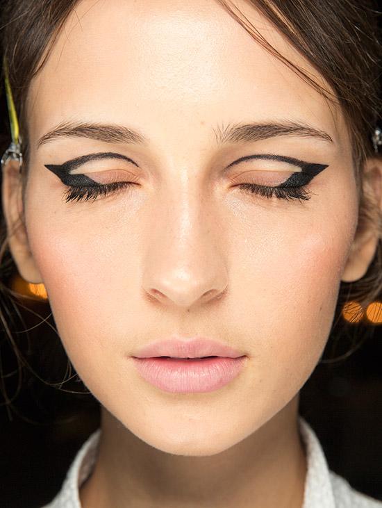 oscar-de-le-renta-fall-2016-graphic-eyeliner