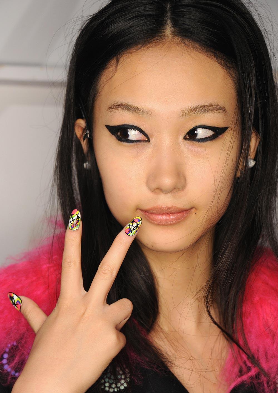 graphic-eyeliner-vibrant-nails-libertine-spring-2017