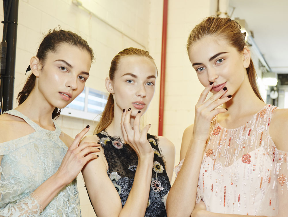 models-backstage-monique-lhuillier-spring-2017